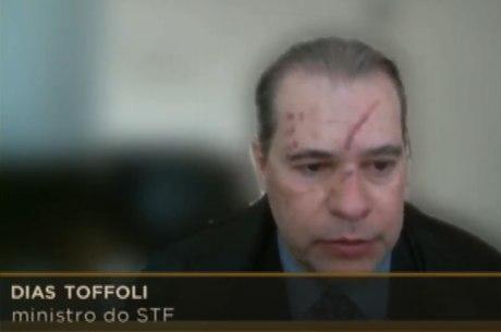 Ministro com marcas no rosto em sessão do STF