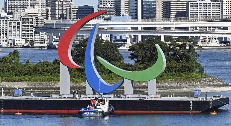 O logo dos Jogos, na Baía da Tóquio