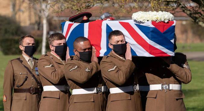 Herói britânico é enterrado com honra militar no Reino Unido