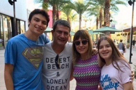 Tom com ex-mulher, Alessandra, e os filhos