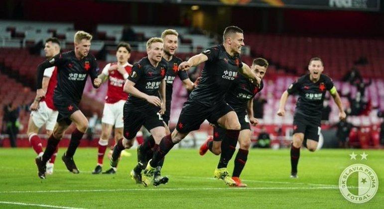 A vibração de Tomàs Holes, do Slavia Praha, pelo empate aos 94' contra o Arsenal, em Londres