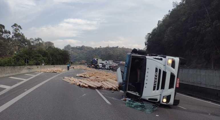 Homem rouba caminhão e provoca acidente na rodovia Anhanguera em São Paulo
