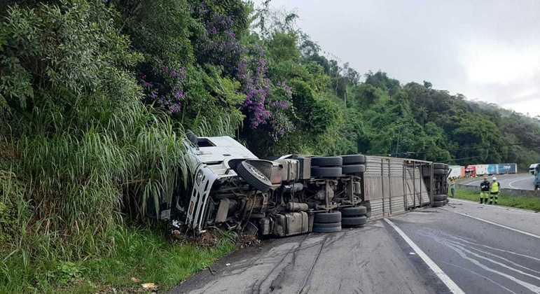 Acidente com caminhão-cegonha na Régis gerou 18 km de congestionamento