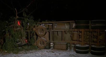 Carreta tombou após atingir moradias e uma árvore