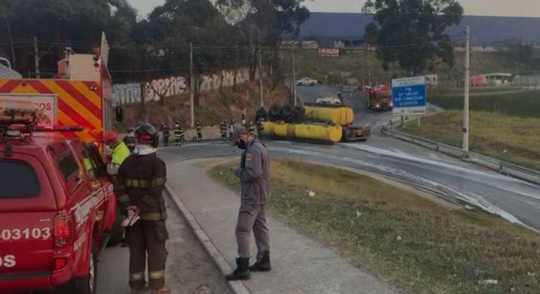Carreta tomba na alça de acesso e derruba álcool na pista da rodovia Ayrton Senna