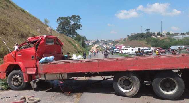 Carreta bateu em outra carreta e interdita a pista do Rodoanel em SP
