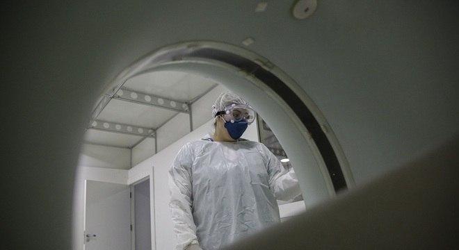 Profissional da saúde ajusta tomografo no Hospital de Campanha do Anhembi