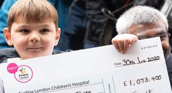 Tony mostrando o cheque que conseguiu com sua caminhada
