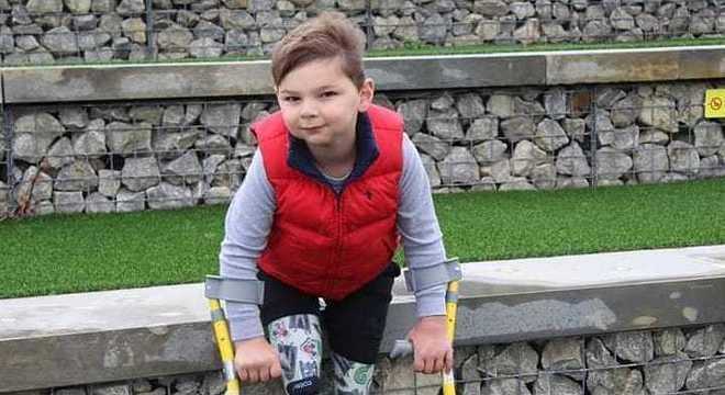 O menino pretende continuar caminhando para arrecadar dinheiro