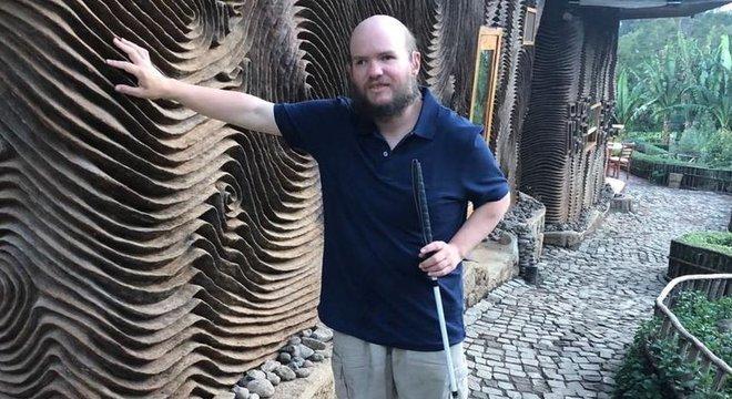 Tony Giles é completamente cego e também tem deficiência auditiva. Apesar das dificuldades, ele viajou sozinho para a maioria dos 130 países que conheceu