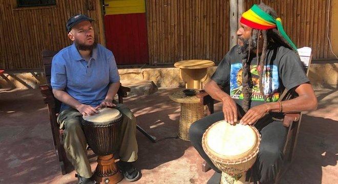Por meio de música e comida, Giles se conecta com a cultura local