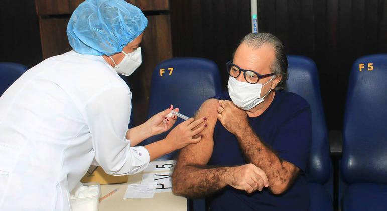 Tony Ramos recebe a 2ª dose da vacina contra a covid-19