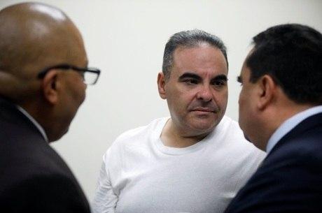 Tony Saca conversa com advogados após sentença