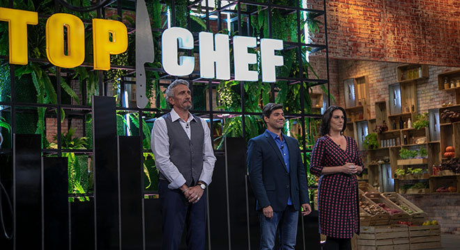 Felipe Bronze comanda o Top Chef e avalia os pratos dos participantes com o chef francês Emmanuel Bassoleil e a jornalista e crítica de gastronomia Ailin Aleixo