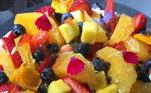 A esoecialista em confeitaria, a chef Maiara Marinho, ensina a preparar uma torta de frutas tropicais para refrescar os dias de verão. Saiba como fazer!
