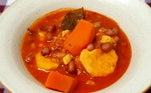 Se você é fã de sopa, confira a sugestão da chef Marê Araújo: uma preparação africana de amendoim com batata-doce, gengibre e tomates. Uma delícia!