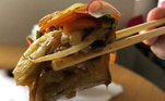 O chef também arrasa em casa com uma berinjela defumadíssima com molho ponzu e vegetais