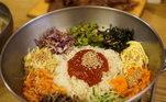 GOCHUJANGEsse condimento é um dos principais ingredientes da cozinha coreana e é feito com uma pasta fermentada de malegueta, arroz glutinoso, soja e sal. OGochujang tem uma aparência semelhante a do ketchup e é usado para condimentar frituras, cozidos ou como molho para acompanhar pratos deliciosos