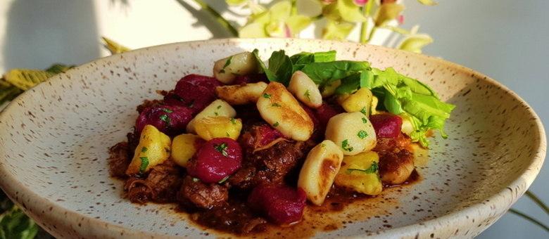 Saiba como preparar esse nhoque tricolor com molho de costelinha da chef Natália Rios