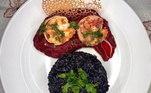 Bruno Freitas se intitula nas redes como cozinheiro amador, mas esse prato é bem profissional! O arroz negro acompanha purê de beterraba e camarões grelhados. Difícil saber o que é mais gostoso aqui!