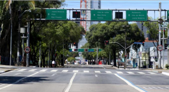 Movimento em avenida de Recife (PE) com as restrições  neste domingo (21)