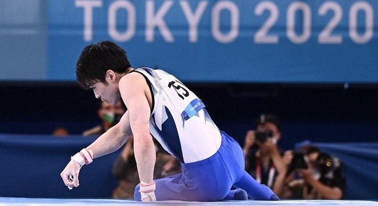 Ginasta japonês Uchimura sofreu uma queda