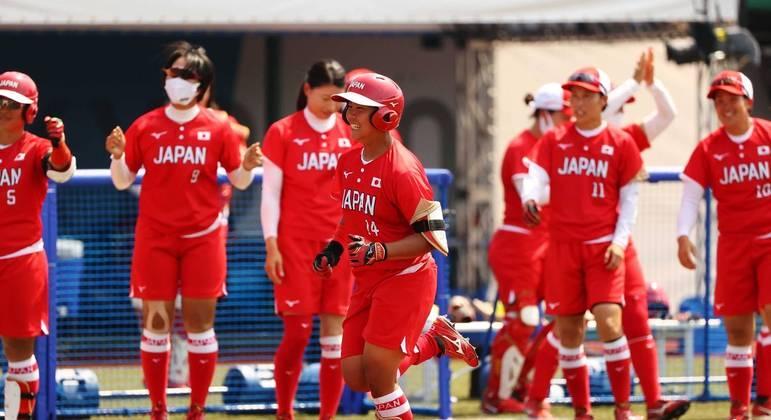 Minori Naito jogadora de softbol do Japão durante partida contra a Austrália