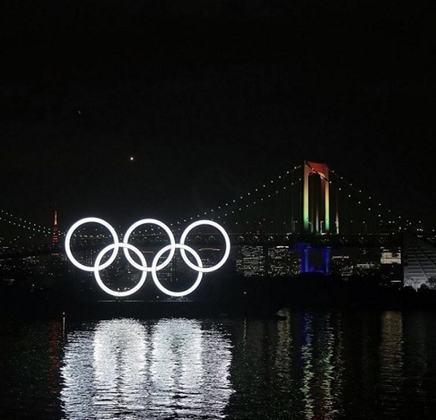 Tóquio já havia sido escolhida para sede em 1940, mas a eclosão da Segunda Guerra Mundial fez com que o evento internacional fosse cancelado pelas autoridades do Comitê Olímpico.