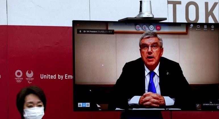 Presidente do COI, Thomas Bachm, fala durante reunião que decidiu pela não presença de público nos Jogos