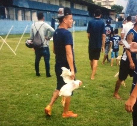 Torcedor do Remo leva galinha para o Estádio Baenão em protesto contra diretoria (30/05/17)