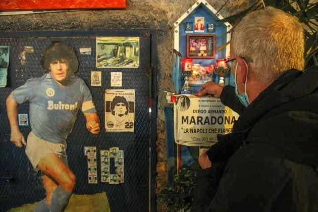 Torcedor faz homenagem a Maradona em santuário: