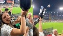 Torcedora usa prótese de perna da amiga para pegar bola de beisebol