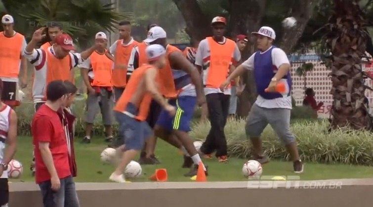 Torcedores colocaram coletes, simularam treino e pediram para serem escalados no time do São Paulo (29/03/15)