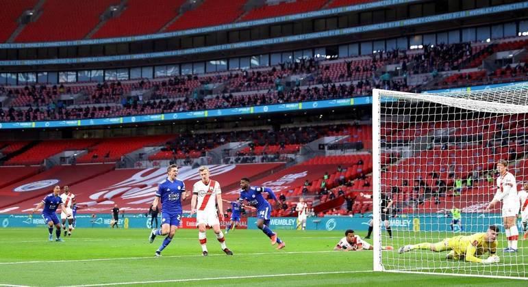 4.000 torcedores viram a vitória do Leicester em confronto com o Southampton
