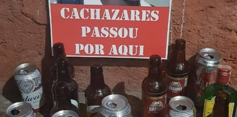 Torcedores do Atlético-MG fizeram cartazes com críticas a jogadores e dirigentes, além de jogarem pipocas na frente da sede do Galo (12/04/19)