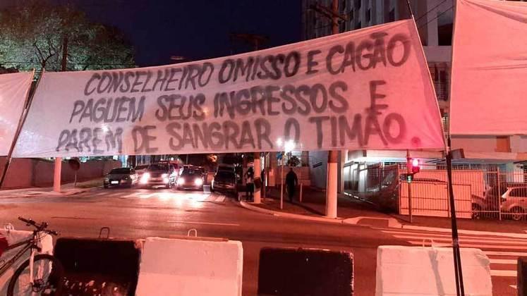 Torcedores do Corinthians protestam contra a diretoria do clube e usam termo 'cagão' em faixa (04/07/2020)