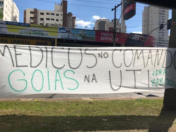 Torcedores do Goiás protestam contra o presidente Marcelo Almeida: 'Goiás na UTI' em 2018.