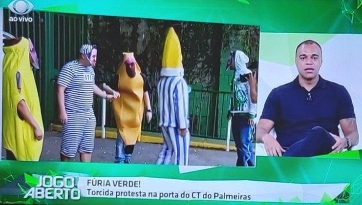 Torcedores do Palmeiras vão à porta do CT vestidos de Bananas de Pijamas e presidiário (27/11/19)