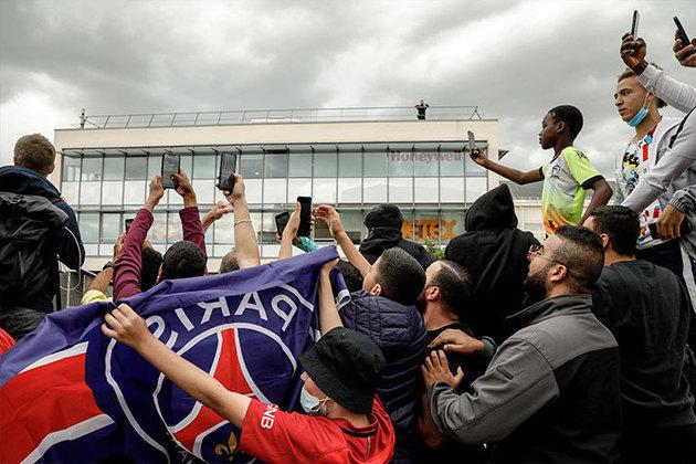 Torcedores do Paris Saint-Germain entoaram gritos de