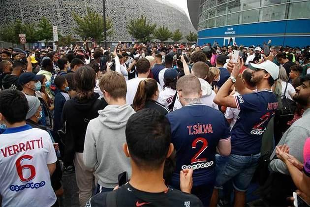 Torcedores do PSG se aglomeram no entorno do Parque dos Príncipes com a expectativa pela chegada do craque argentino
