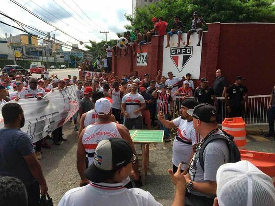 Torcedores do São Paulo jogam 'futmesa' em protesto contra jogadores em 2019.