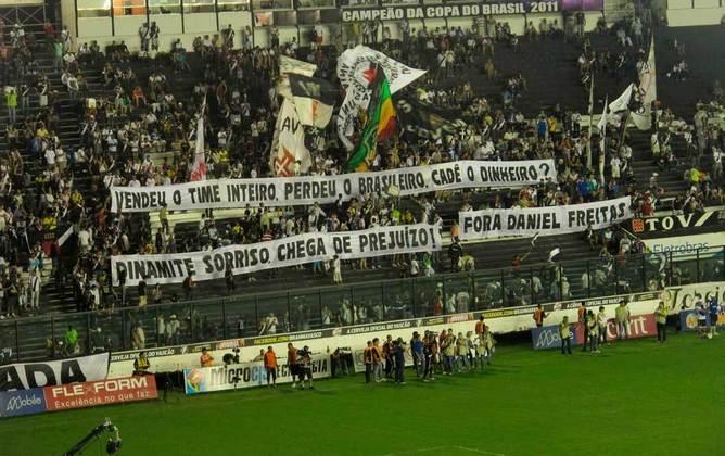 Torcedores do Vasco protestam contra o presidente Roberto 'Dinaminte Sorriso'. O protesto foi no ano de 2012.