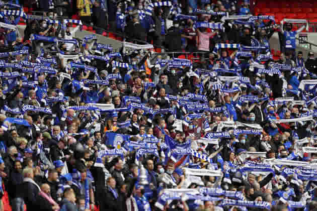 Torcedores no Estádio de Wembley.