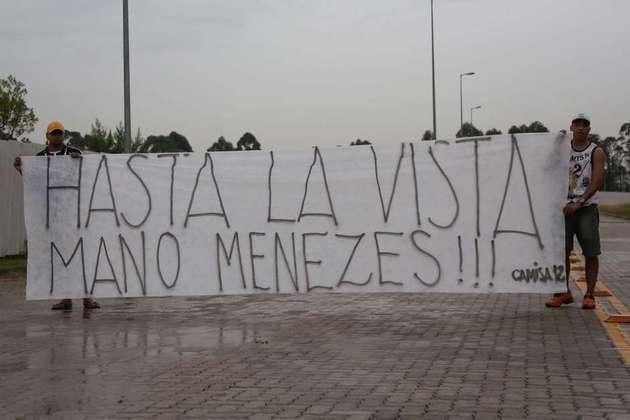 Torcedores usaram bom humor para pedir demissão de Mano Menezes em 2014.