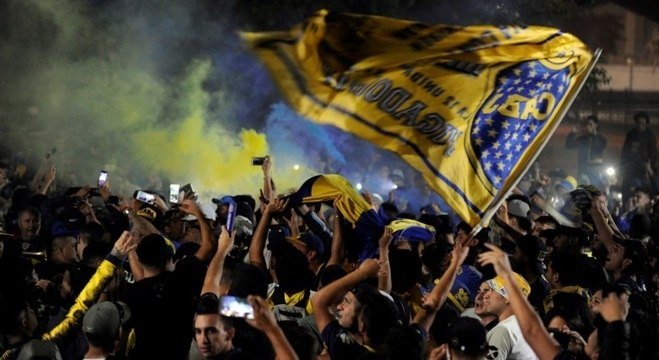 Torcedores do Boca Juniors acompanham partida de time para Madri