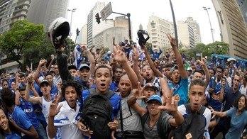 __O campeão chegou!Milhares recebem time do Cruzeiro em BH__ (Reprodução)