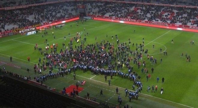 Jogadores brasileiros são agredidos após invasão de torcida na França