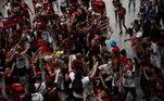 A delegação do Flamengo, que conquistou o Campeonato Brasileiro de 2020 na noite de quinta-feira (25), em São Paulo, foi recepcionada com muita festa no início da manhã desta sexta (26) na volta ao Rio de Janeiro. Muitos torcedores aguardaram aglomerados e sem máscara a chegada do time no Aeroporto Internacional Tom Jobim (Galeão) e viram o avião aterrissar às 6h30