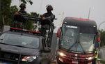 Um ônibus levando os jogadores deixou o Terminal de Cargas do aeroporto pouco antes das 7 horas. Por medida de segurança, homens da Polícia Militar e batedores do Batalhão de Choque fizeram a escolta do veículo
