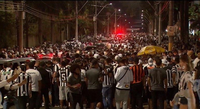 Torcedores do Atlético-MG se aglomeraram no entorno do Mineirão